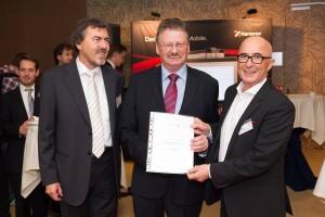 Andreas Nehfort und STEV Gründer Walter Wintersteiger gratulieren Mag. Johann Kreuzeder zur STEV-Ehrenmitgliedschaft